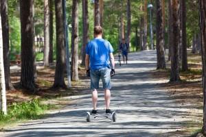 homme sur un hoverboard