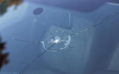 Quelles sont les raisons de faire appel à un professionnel pour réparer ou changer son pare-brise impacté ?